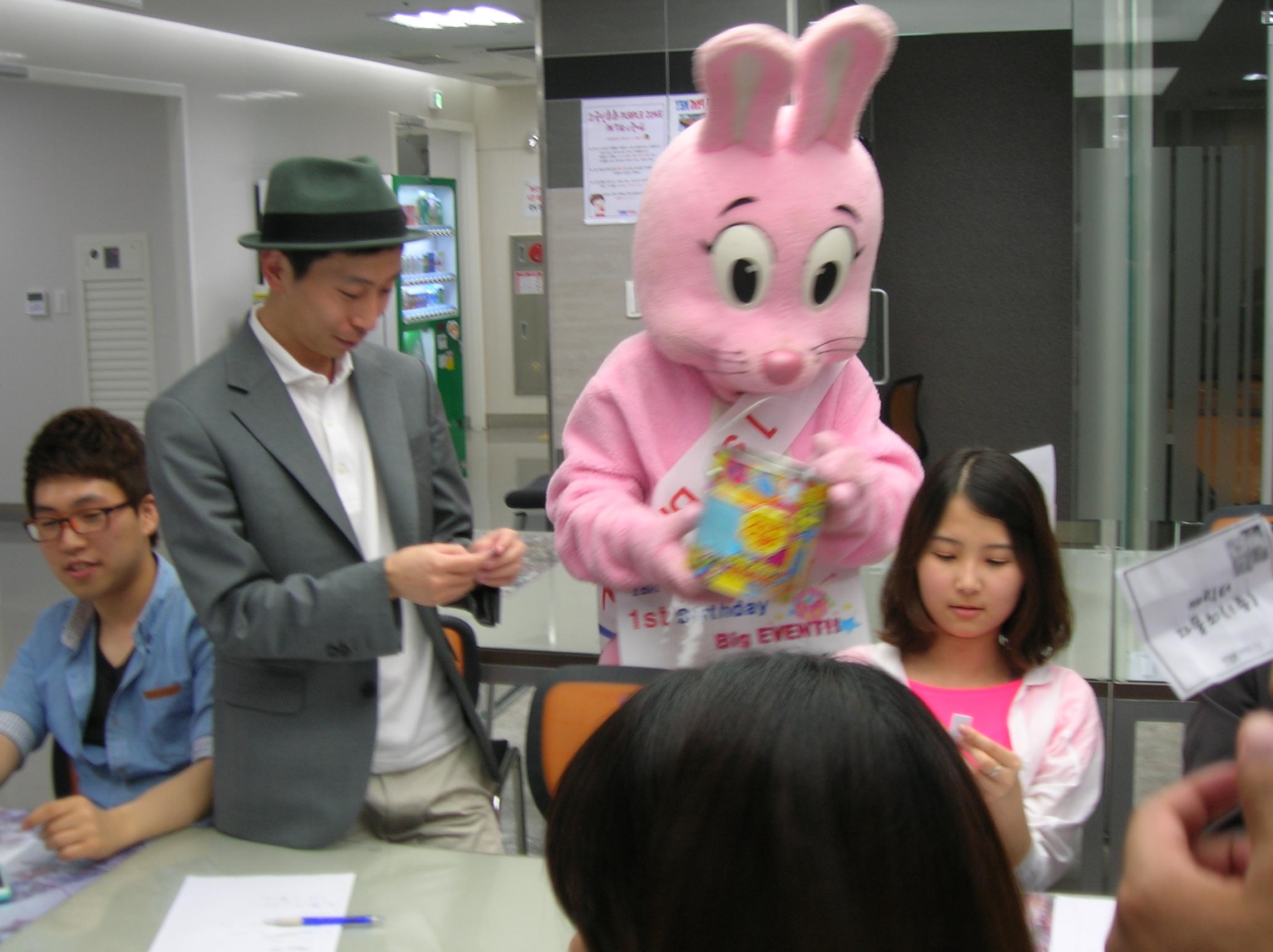 토끼와 곰돌이가 상품을 마구마구 뿌렸답니다 ^^